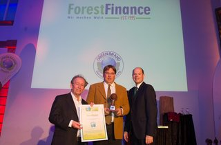 Michael van Allen von ForestFinance nimmt die Auszeichnung zur GREEN BRAND von Dr. Friedrich Hinterberger, Präsident des internationalen Nachhaltigkeitsinstituts SERI in Wien (l.) und Norbert Lux, COO von GREEN BRANDS Deutschland (r.) entgegen.