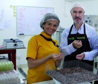 Yoshiris Peña Monascal und Harry Assenmacher testen die Qualität des ForestFinance-Kakaos.